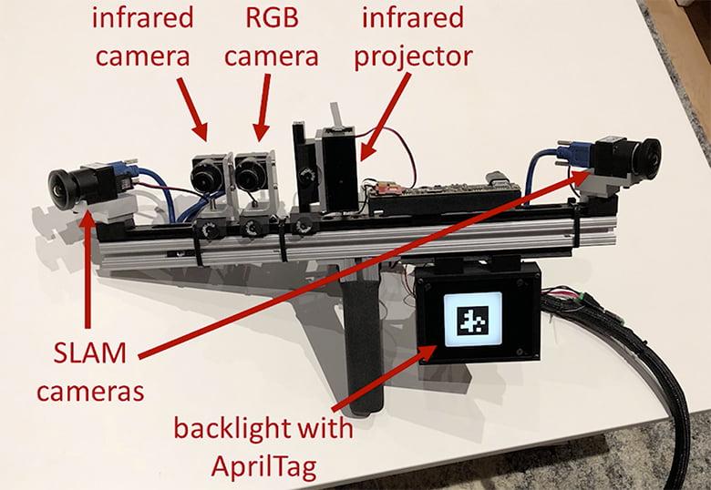 """Eine """"traditionelle"""" 3D-Scanning-Kamera mit zusätzlicher Spiegelmarkierung (April Tag). Bild: Facebook"""