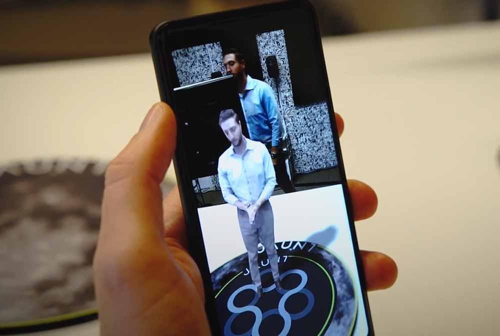 Mit Tiefenkameras wird in Echtzeit ein 3D-Modell eines Menschen generiert und auf das Smartphone gestreamt.