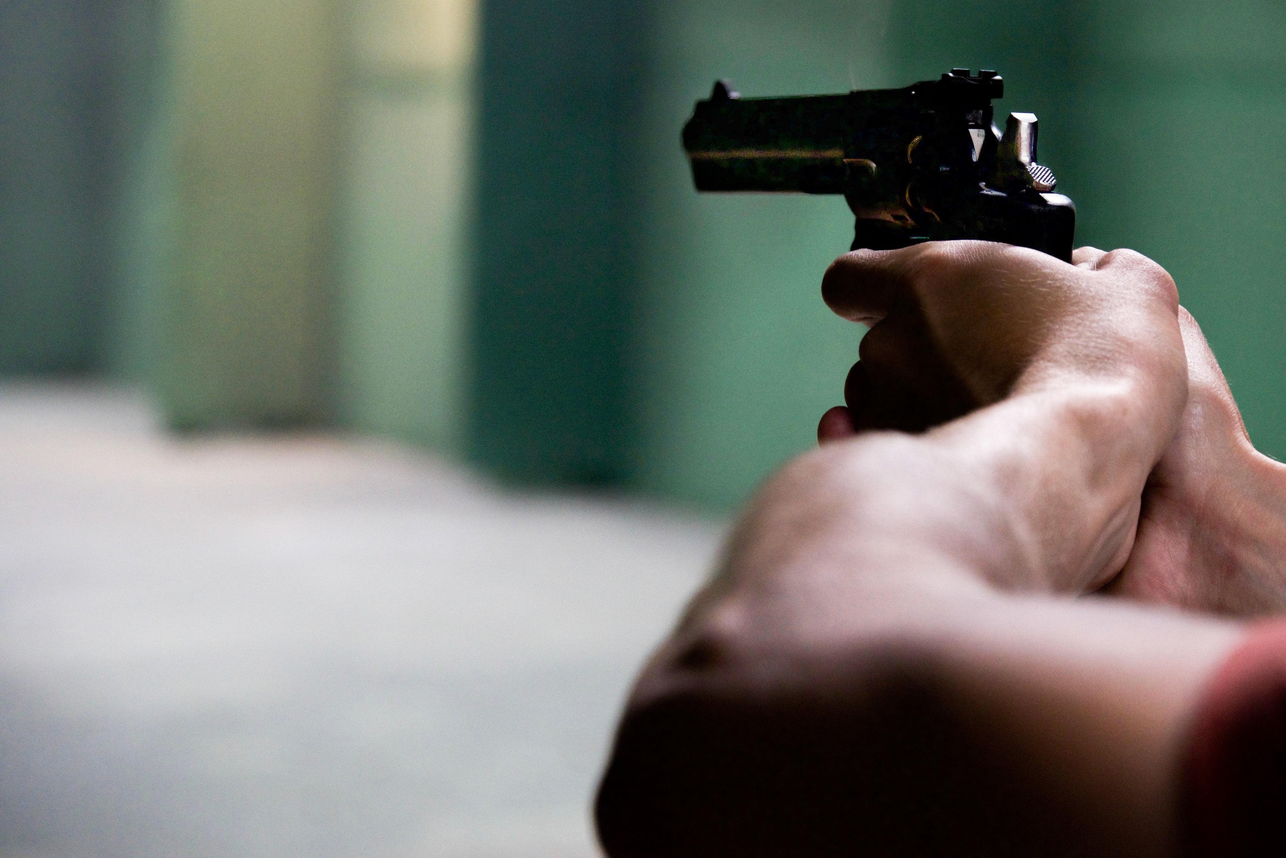 Eine mit KI-Bildanalyse ausgerüstete Überwachungskamera erkennt eine Handfeuerwaffe und informiert automatisch Verantwortliche und die Polizei.
