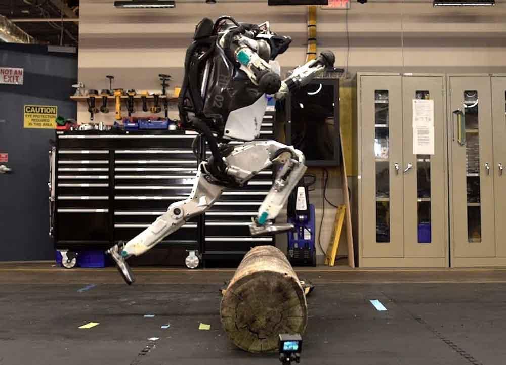 Boston Dynamics humanoider Roboter Atlas wird immer beweglicher. Jetzt läuft er sogar schon Parkour.