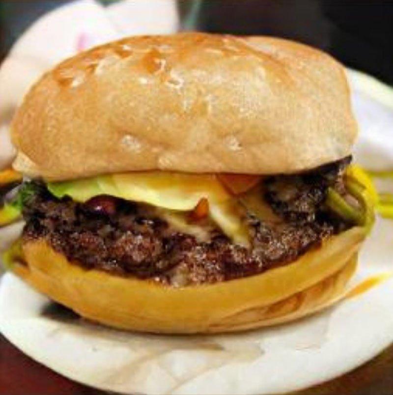 Nein, das ist kein Burger-Foto für Instagram. Eine KI hat sich das Bild ausgedacht. Im Titelbild sieht man die Vorlagen. Bild: Deepmind