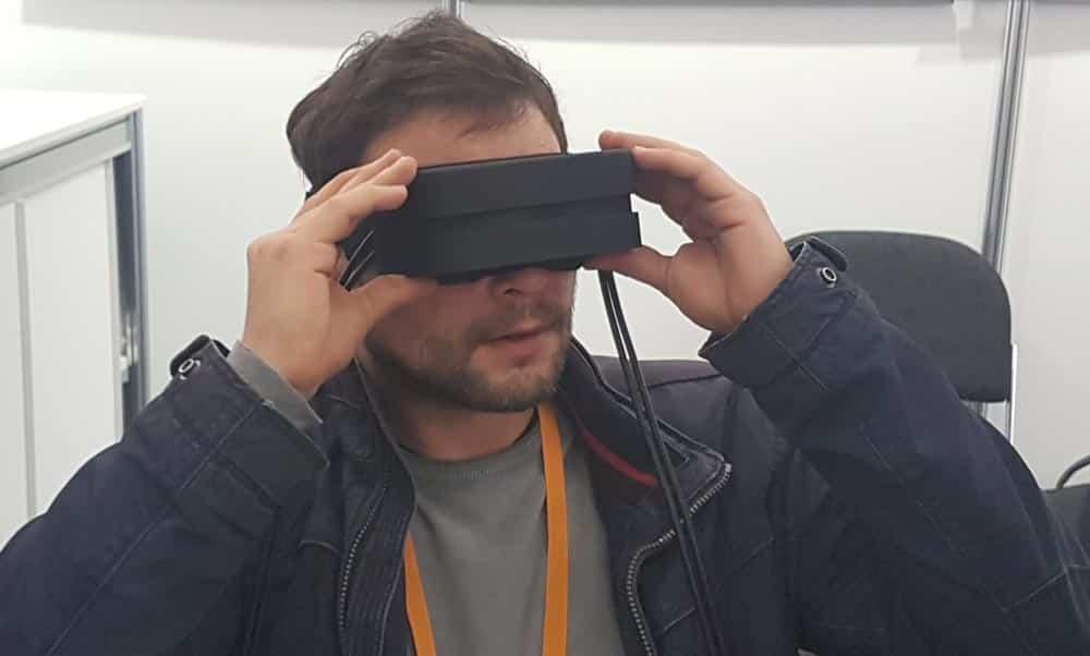Auf der Fachmesse Augmented World Expo (AWE) in München präsentierte das Fraunhofer-Institut FEP eine prototypische VR-Brille. Die Besonderheit: Dank OLED-Mikrodisplays ist sie deutlich kompakter als aktuelle VR-Brillen - bei einer höheren Auflösung und einem ähnlich weiten Sichtfeld.