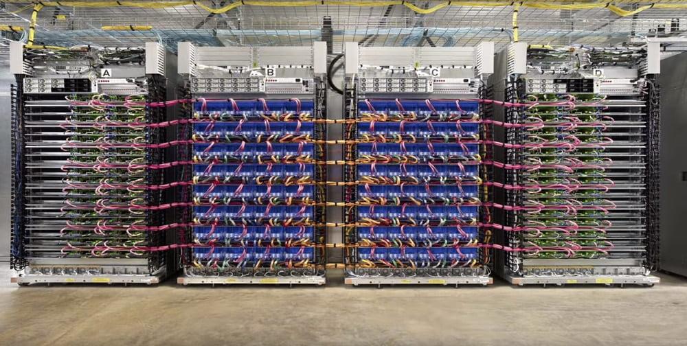 Google baut riesige Rechenmaschinen, die mit eigens angefertigten KI-Prozessoren ausgerüstet sind. Bild: Google