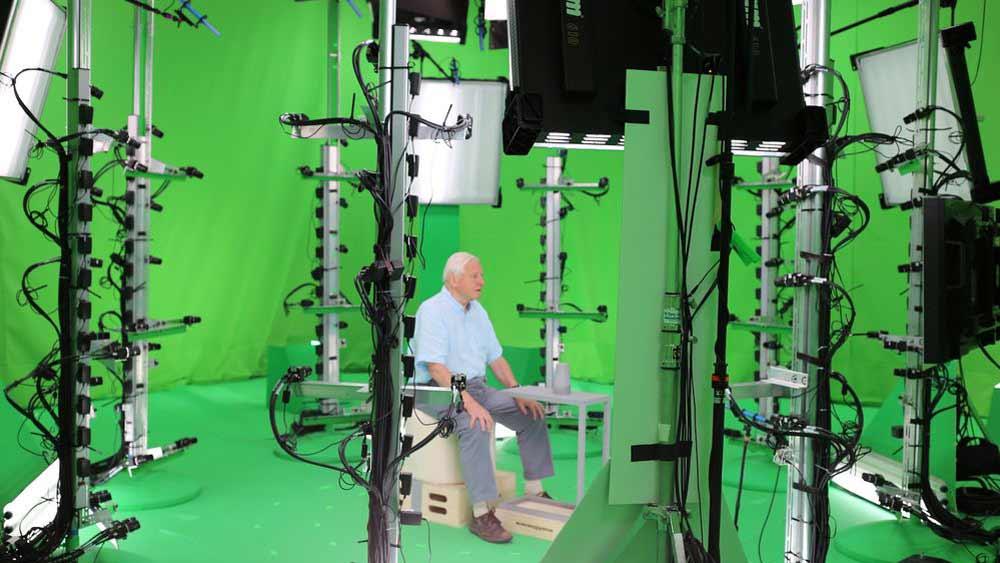 Attenborough in Microsofts Mixed-Reality-Aufnahmestudio. Mit einem Mix aus herkömmlichen Kameras und 3D-Sensoren wurde sein VR-Hologramm gefilmt. Bild: Sky / Microsoft