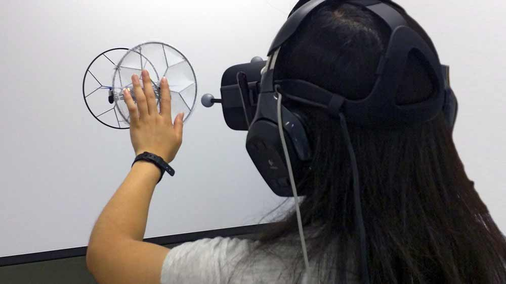 | hatpic drone vr touch virtual reality titel