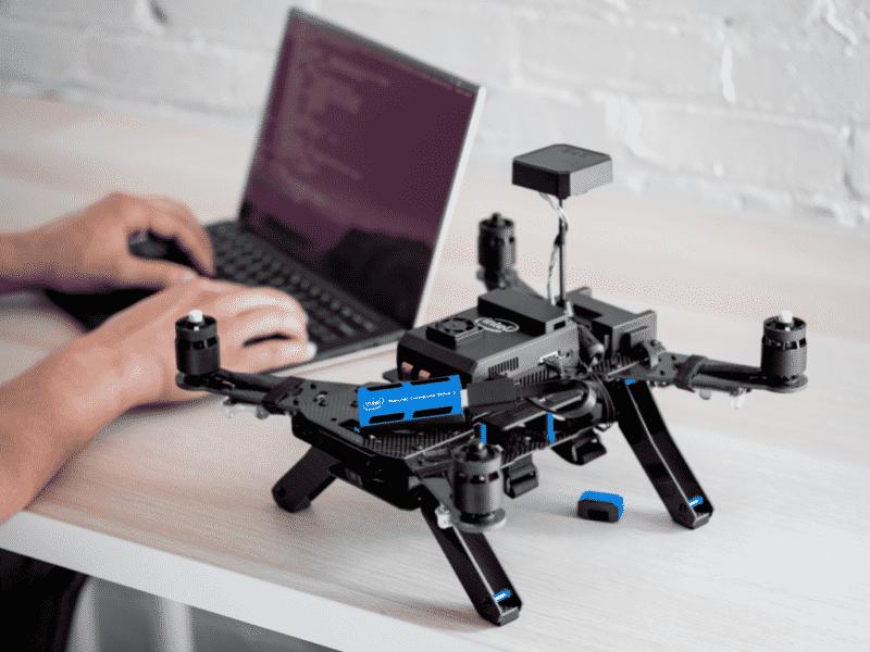 Eine Drohne ausgerüstet mit Intels KI-Stick. Bild: Intel