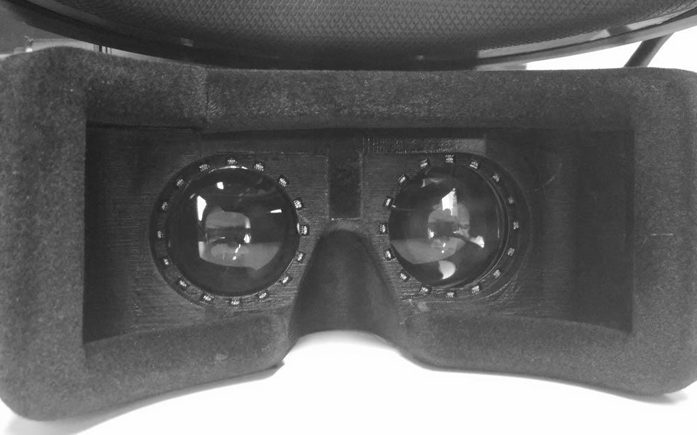 Von außen betrachtet wirkt die VR-Brille gewöhnlich, auch die Linsen. Auffällig ist allein die Eye-Tracking-Umringung. Die verschiebbaren Linsen sind im Gehäuse untergebracht. Bild: Lemnis Technolgoies
