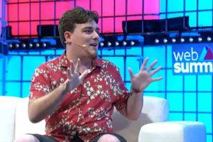 Palmer Luckey in einem roten Hawaii-Hemd sitzt auf einer Couch auf einer Bühne beim Web Summit.