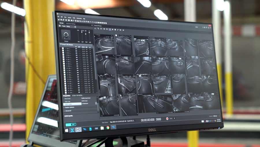 Am Monitor wird das VR-Gokart überwacht. Die reale Fahrbahn wurde im Vorfeld vollständig dreidimensional digitalisiert. Bild: Master of Shapes