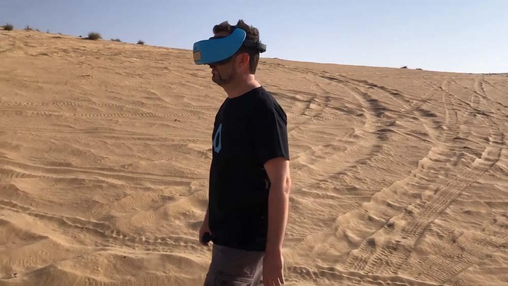 Mit autarken VR-Brillen wie Vive Focus kann man sich durch virtuelle Welten bewegen wie durch die Realität - vorausgesetzt, man hat ausreichend Platz und rennt nicht gegen Hindernisse. Das klappt zum Beispiel in der Wüste.