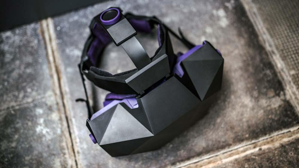 Die lilafarbenen Highlights machen aus der klotzigen VR-Brille einen modischen Hingucker. Bild: Vrgineers