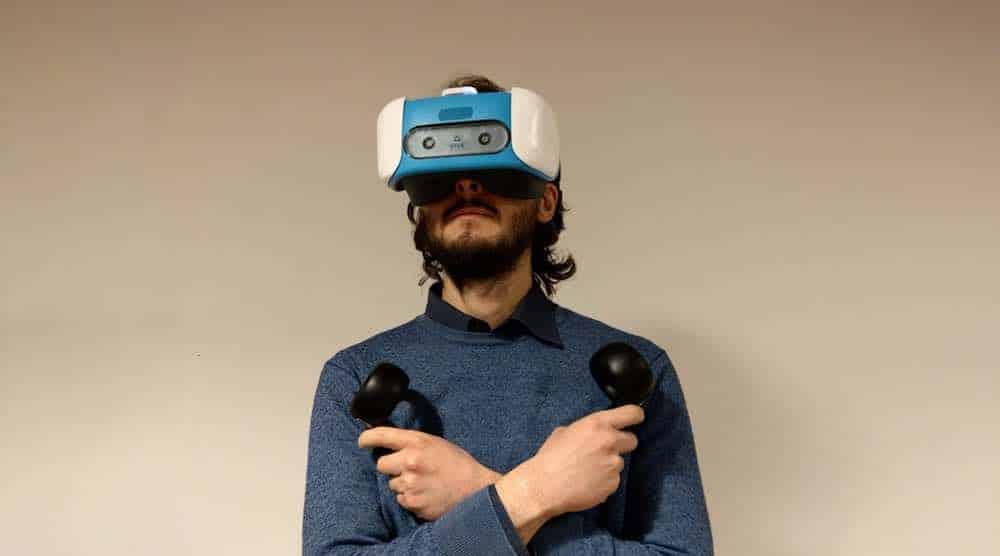 Ein VR-Blogger Skarredghost konnte sich ein Entwicklerkit sichern und zeigt dessen Inhalt sowie die Installation des Zubehörs.