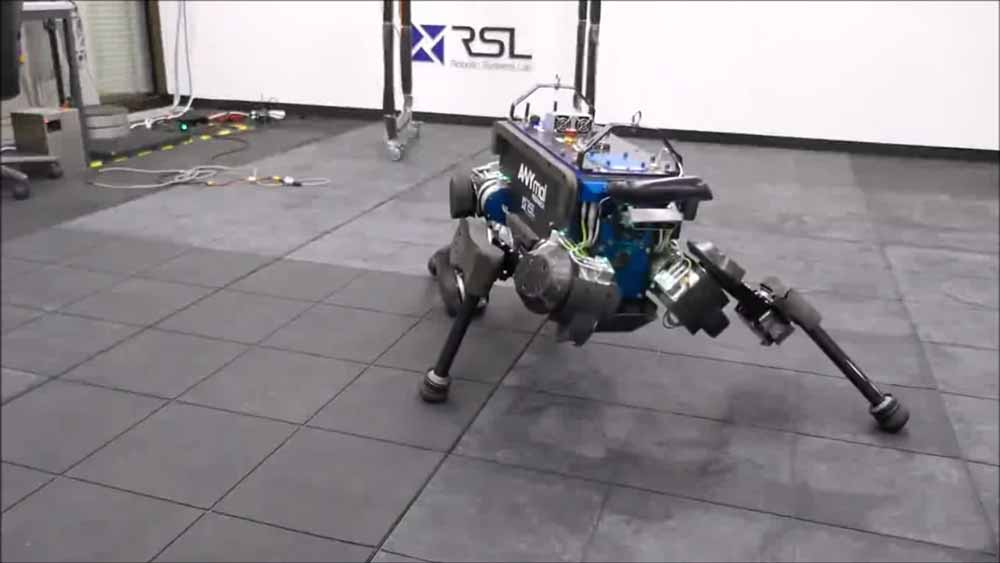 Forscher bringen einem Roboterhund Laufen und Aufstehen durch bestärkendes Lernen bei.