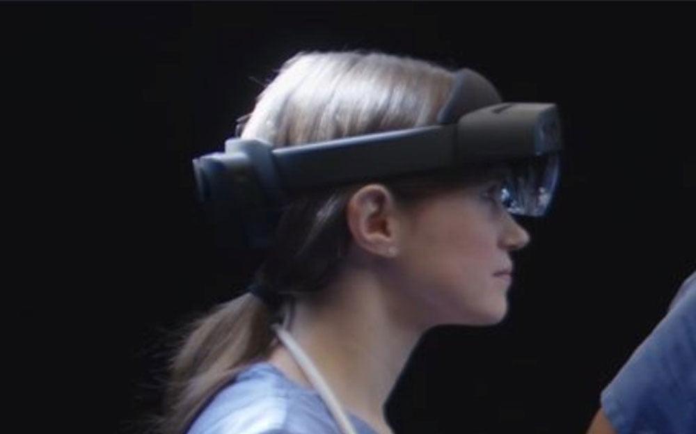 Die Kopfhalterung erinnert an Windows-VR-Brillen. Bild: via Twitter Walking Cat