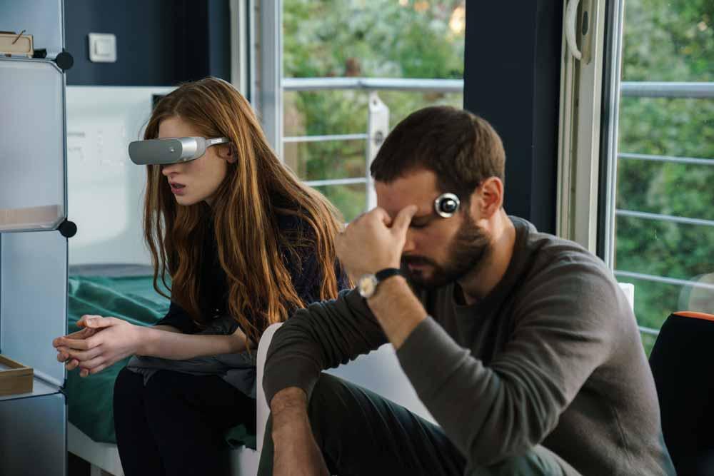 """LGs VR-Brille """"LG 360"""" floppte hart, macht sich aber gut als Filmrequisite. Bild: Netflix"""