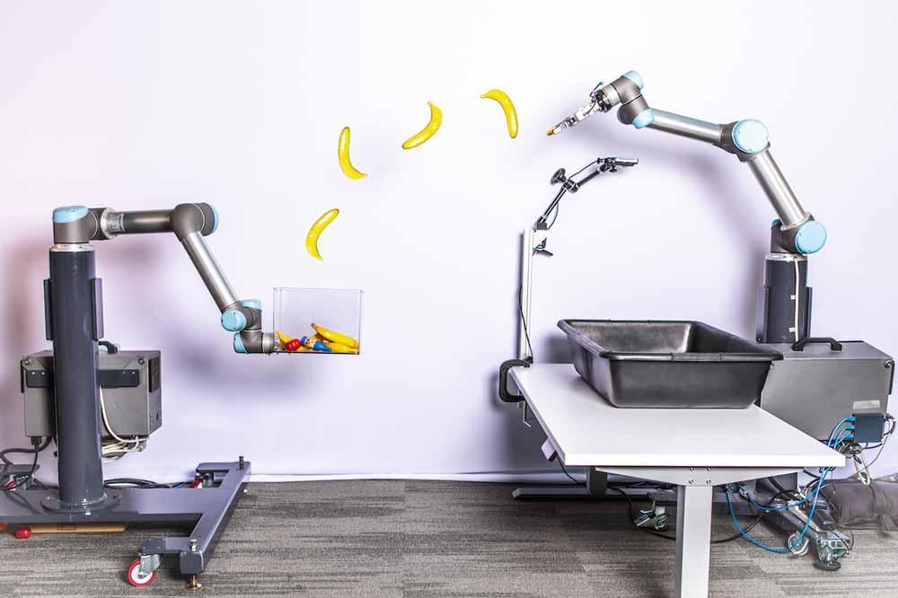 Den optimalen Abwurf bringt sich der Roboterarm eigenständig bei. 85 Prozent der Würfe finden ihren Weg ins Ziel.