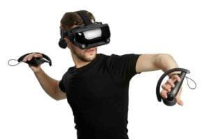 Nutzer mit VR-Brille Valve Index und den Index-Controllern.