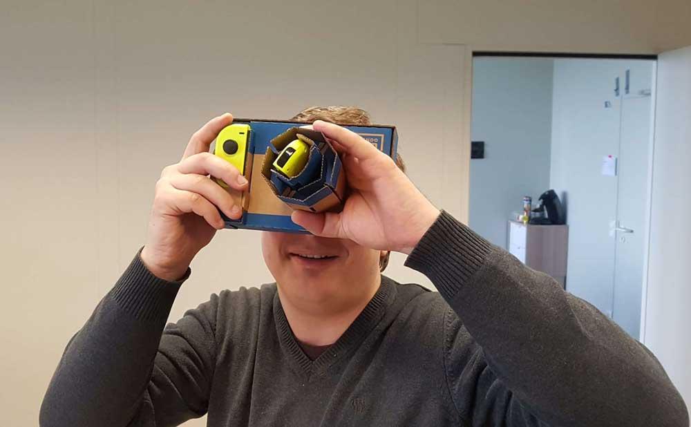Besonders die Pappkamera sorgt für ein gelungenes Haptik-VR-Erlebnis. Bild: Steiner