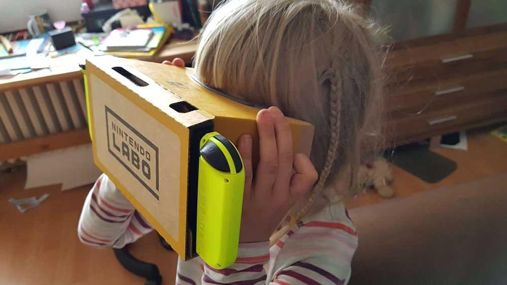 Das Labo-VR-Kit ist ein Virtual-Reality-Experimentierkasten für Kinder. Erwachsene dürfen auch Spaß haben. Bild: Steiner