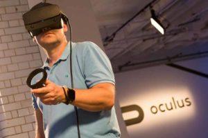 Mann mit klobiger VR-Brille