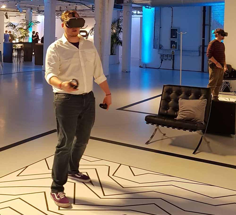 Kein Kabel mehr: Automatisch bewege ich mich mehr und intuitiver durch den VR-Raum. Bild: MIXED.de