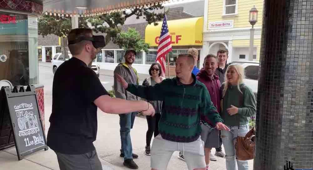 Mann spielt draußen Oculus Quest: So reagieren Passanten