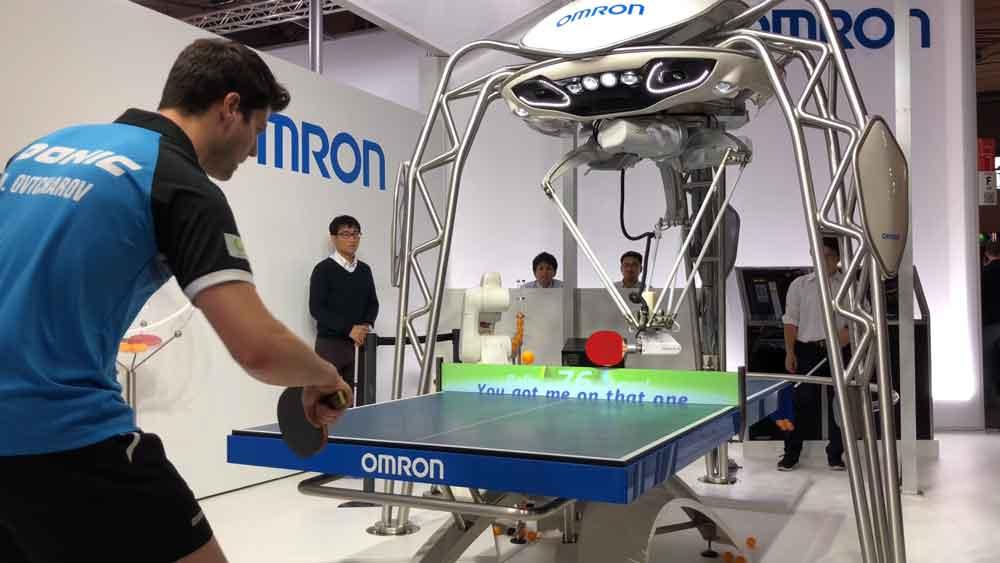 Der japanische Technologiekonzern Omron bringt mit KI einem Roboter Ping Pong bei. Das Unternehmen möchte ein Beispiel setzen für positive Mensch-Maschine-Interaktion.