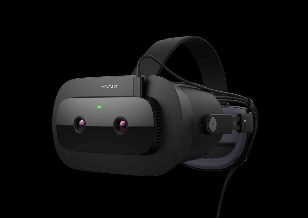 VR-Brille Varjo XR-1 schräg von der Seite vor dunklem Hintergrund