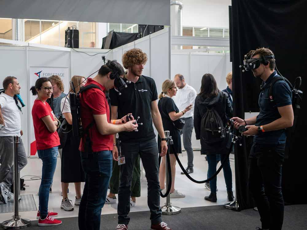 An zahlreichen Demostationen können Besucher der XR Expo neue Technologien selbst testen. Schwerpunkt der Fachmesse ist das B2B-Geschäft. Bild: XR Expo