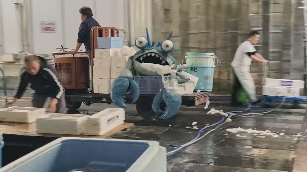 Japanische Fischer haben eine digitale Monsterkrabbe gefangen. Wie die wohl schmeckt? So realistisch sehen die AR-Einblendungen freilich noch nicht aus, aber der Trailer zeigt durchaus die große Mixed-Reality-Vision. Bild: Square Enix (Screenshot)