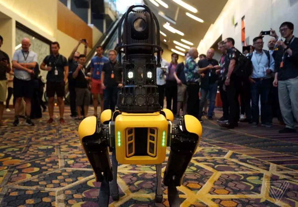 Mit einer Kamera auf dem Rücken wird Spotmini zum Robo-Wachhund. Bild: The Verge / James Vincent