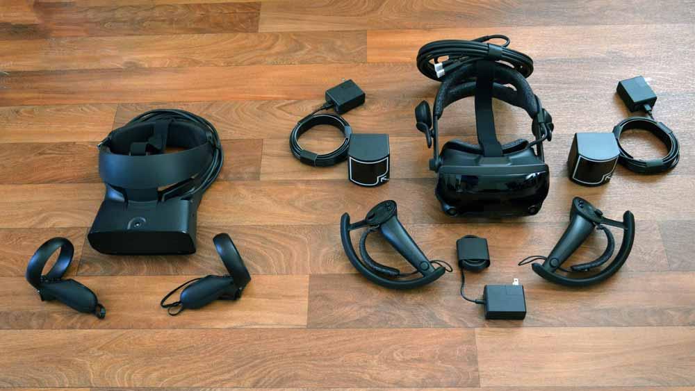 Links Oculus Rift S, rechts das Valve Index Komplettpaket. Durch das externe Tracking ist der Aufbau der Index langwieriger, aber das Tracking genauer. Bild: Road to VR.