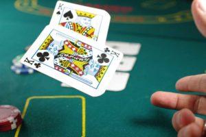 Eine Künstliche Intelligenz von Facebook und der Carnegie Mellon Universität hat fünf Spieler gleichzeitig in einem Poker-Turnier besiegt. Warum das ein großes Ding ist.