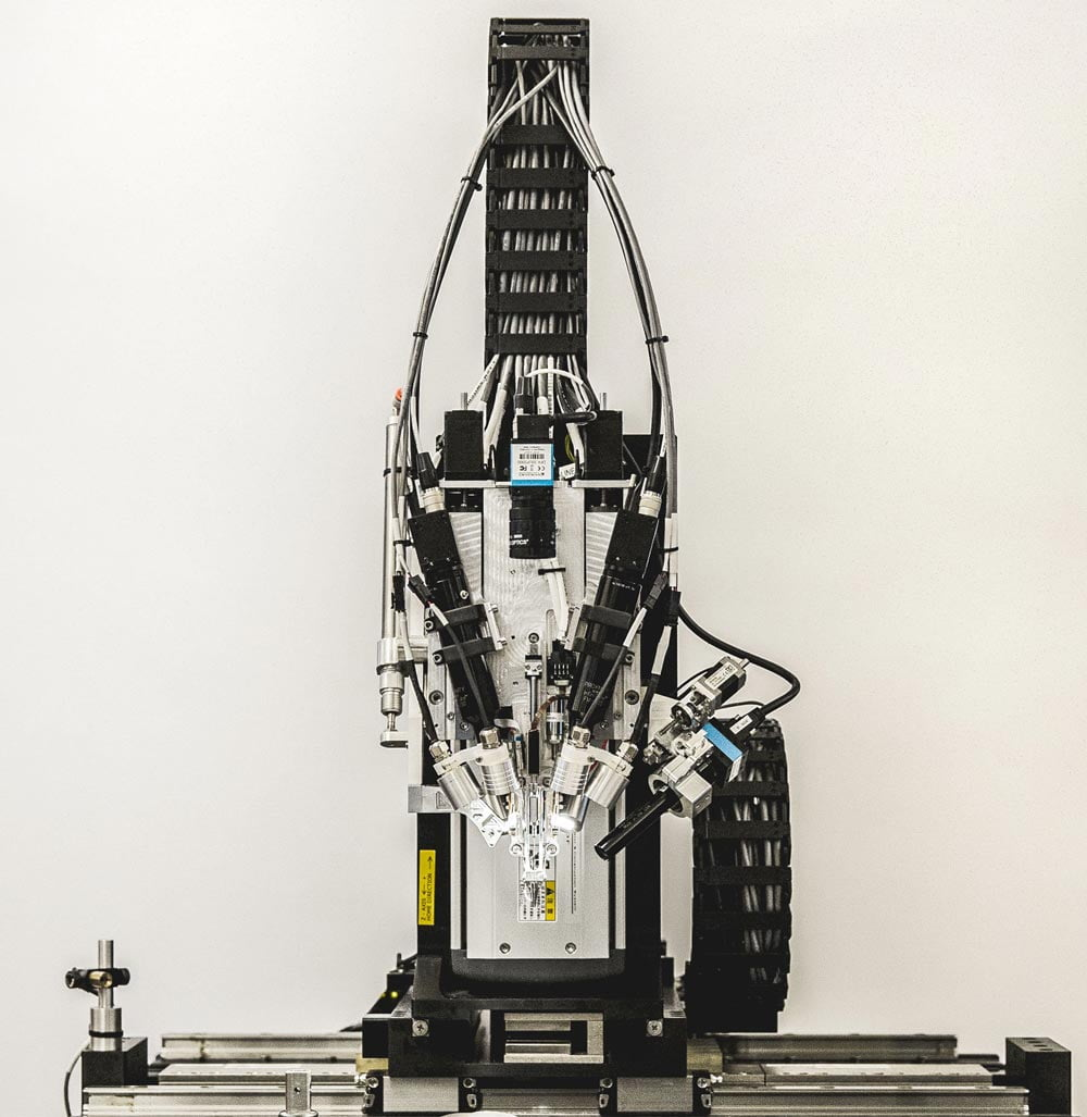 Neuralinks Implantationsmaschine ist eine Mischung aus Säge und Mikroskop. Bild: Neuralink