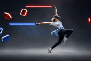 Beim VR-Hit Beat Saber muss man sich bewegen. Und das verbraucht Kalorien. Bei einigen Spielern purzeln so die Pfunde.