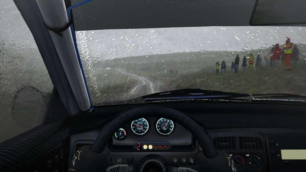 Rennwagen in Dirt Rally von innen, draußen regnet es