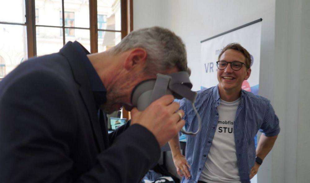 zwei Mitarbeiter von mobfish VR STUDIO mit VR-Brille