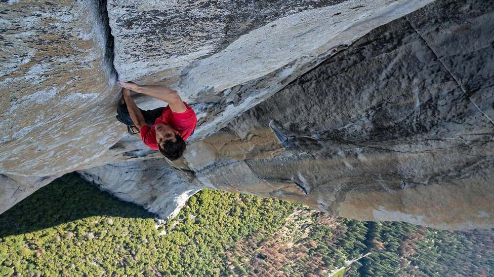 360 Grad Video Teaser-Bild kletternder Mann an Felswand