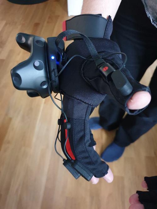 Manus Prime Haptic VR-Handschuh im Einsatz an der Hand