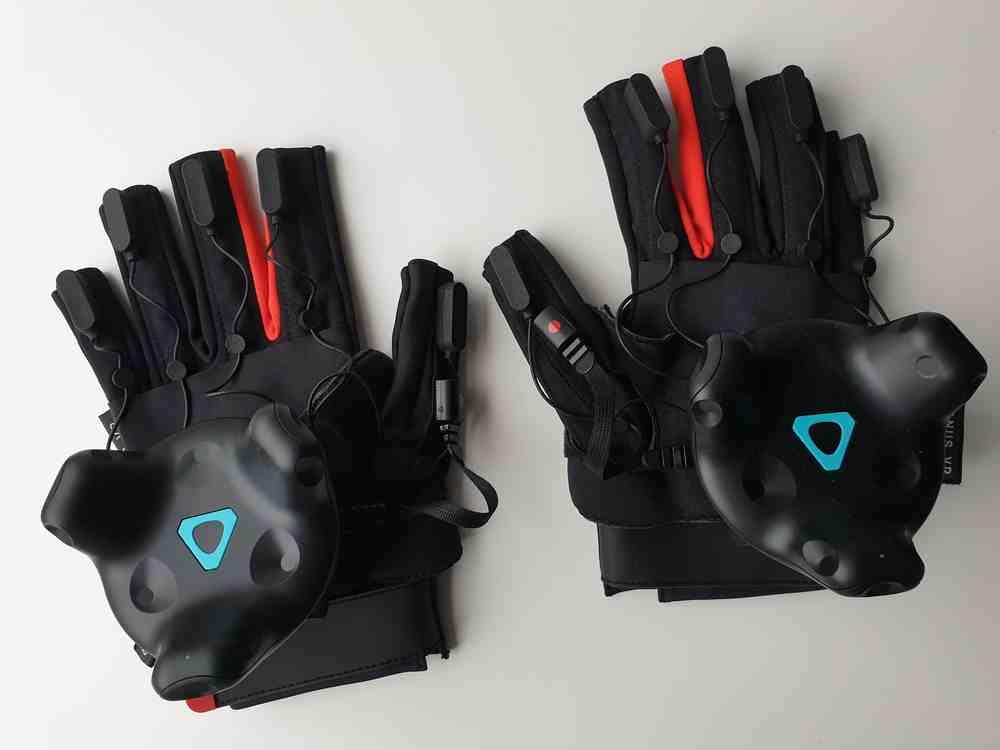 Zwei Manus Prime Haptic VR-Handschuhe für den Test auf weißem Hintergrund