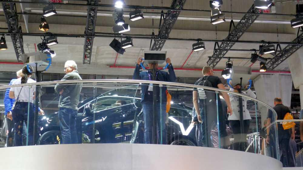 """Auf einer Aussichtsplattform schaut BMW in ihre mobile Zukunft mit ShareNow & Co. Alle sechs """"Ferngläser"""" sind mit einer VR-Brille ausgestattet. Bild: Rizzo"""