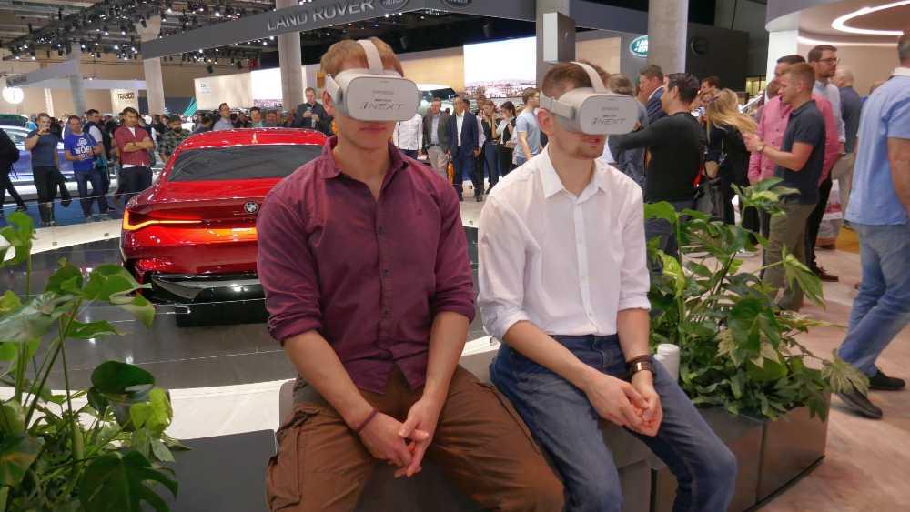 Zur Bewunderung der BMW Vision iNext Experience werden gleich zwei Oculus Go eingesetzt. Bild: Rizzo