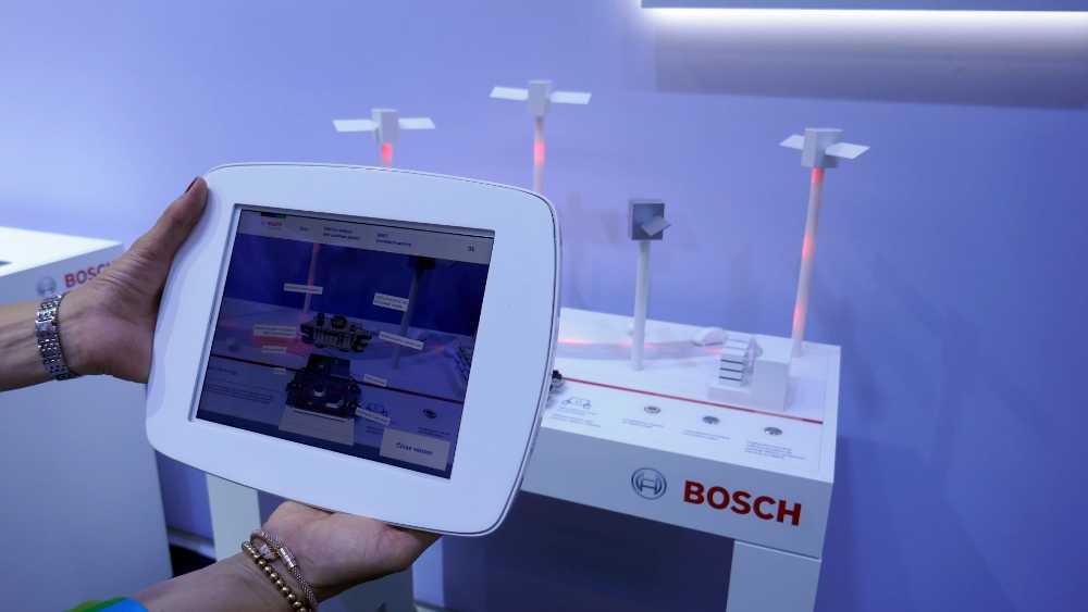 Der größte Zulieferer der Branche hat gleich mehrere Exponate mit AR ausgestattet. An diesem Beispiel wird die im PKW verbaute Sensortechnik erklärt. Bild: Rizzo