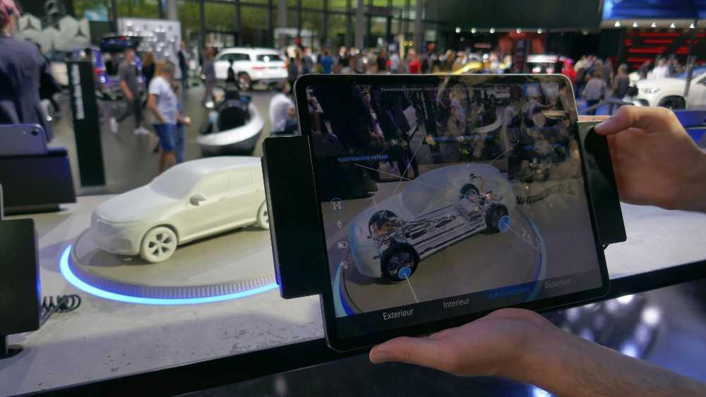 Auf umgebauten Schallplattentellern drehen sich die Daimler-Modelle und das iPad zeigt von Exterieur-Design über die Antriebstechnik bis zur Sicherheit verschiedene Aspekte. Bild: Rizzo