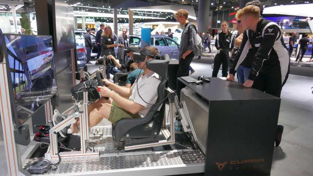 trainieren wie Mattias Ekström, FIA World Rallycross Champion: mit einer abgespeckten aber immer noch mit Hydrauliksitz ausgestatteten Variante des Cupra-Fahrsimulators. Bild: Rizzo