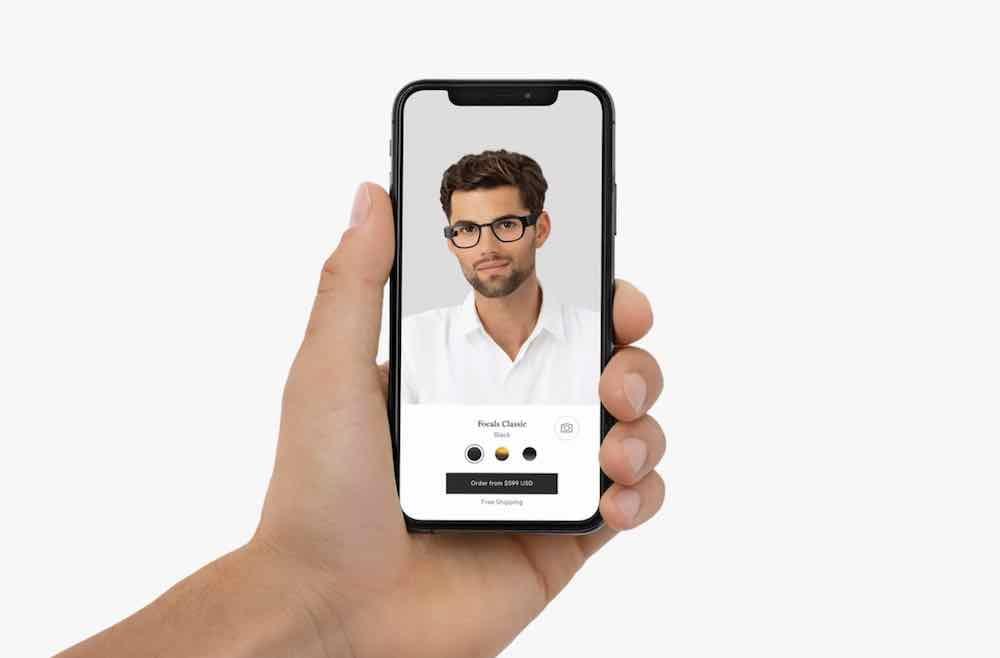 Nun braucht man nur noch ein neueres iPhone, um sein Gesicht für die individuelle Anpassung der Datenbrille zu scannen.