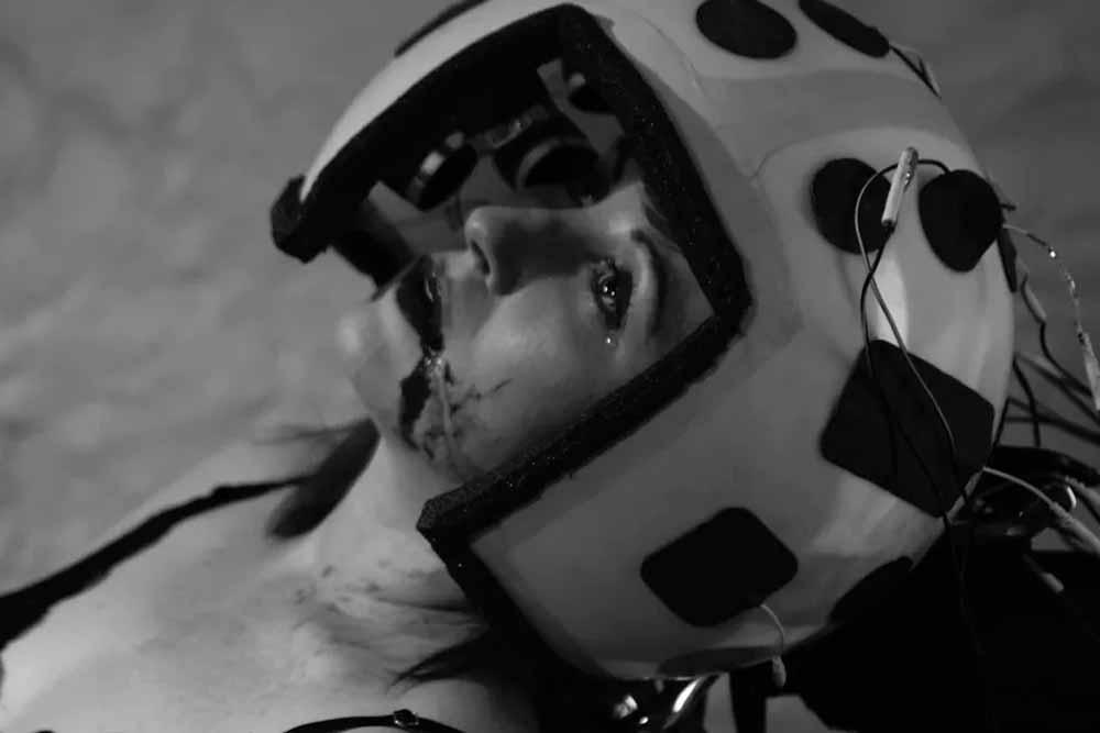 """Im Sci-Fi-Film """"Empathy Inc."""" flüchten Reiche in die X-VR, um sich mies zu fühlen"""