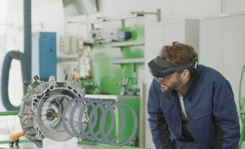 Ingenieure zum Beispiel sollen mit Hololens 2 den Aufbau komplexer Technologien visuell schneller erfasse können. Bild: Bosch