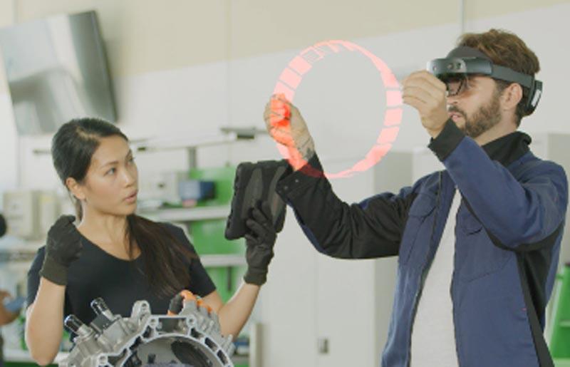 Die Handinteraktion mit Hololens 2 funktioniert gut: Digitale Objekte lassen sich greifen, vergrößern und verkleinern. Etwas ungewohnt ist es dennoch, nur in die Luft zu fassen. Bild: Bosch