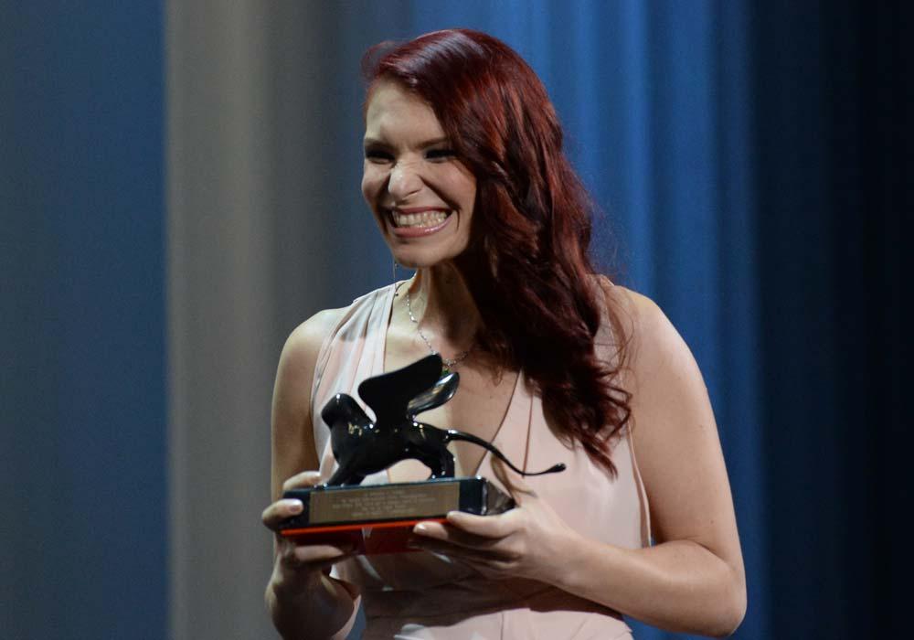 Celine Tricart freut sich über ihre Auszeichnung beim Venedig Filmfestival. Bild: La Biennale Di Venezia
